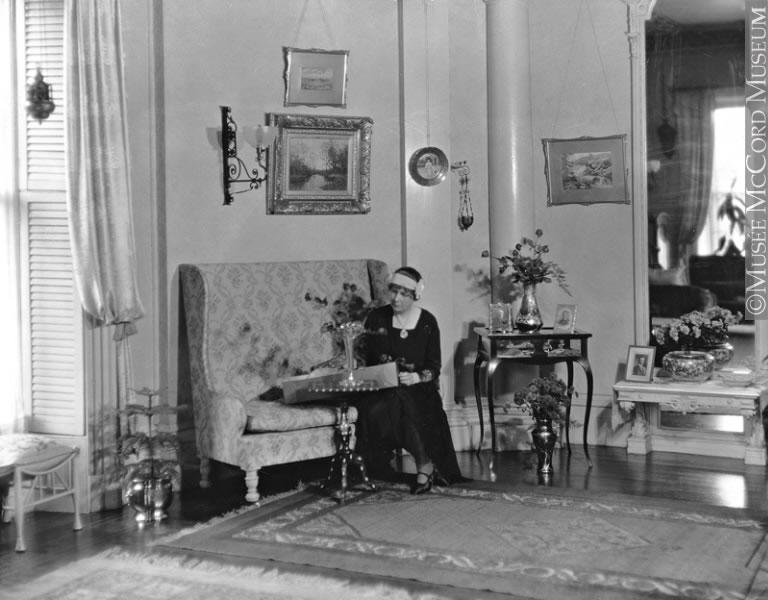 Lady roddick in her livingroom montreal qc 1930 for Living room 1930s